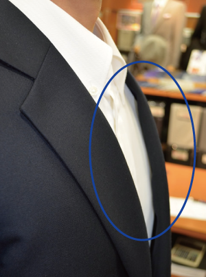 オーダースーツ 体型補正 胸の厚みから来る襟の浮き