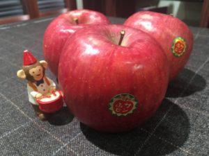 青森工場からリンゴが届きました。